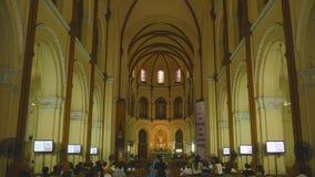 SAIGON, VIETNAM - 12 DE OCTUBRE DE 2016: Notre Dame Basilica es la catedral central de Roman Catholic en Ho Chi Minh City almacen de metraje de vídeo