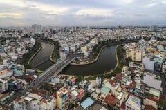 SAIGON, VIETNAM - DEZ, 17, 2015: Luftsonnenuntergangansicht von Ho Chi Minh-Stadt auf Kanal NHIEU LOC Lizenzfreie Stockfotografie