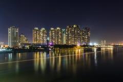 SAIGON, VIETNAM - 27. Dezember 2016 - Nacht auf dem Saigon-Fluss, über dem Fluss ist Saigon-Perlen-Luxuswohnung und ein großes co Stockfotos