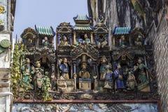 SAIGON, VIETNAM - 13 février 2018 - Chua Ba Thien Hau Temple avec la poterie de Cay Mai décorée sur le toit Photographie stock libre de droits