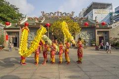 SAIGON, VIETNAM - 15 février 2018 - danse de dragon et de lion montrent dans le festival chinois de nouvelle année photos libres de droits