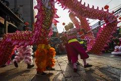 SAIGON, VIETNAM - 15 février 2018 - danse de dragon et de lion montrent dans le festival chinois de nouvelle année Photos stock