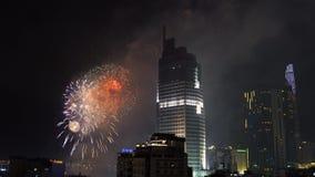 SAIGON, VIETNAM - 4 février 2019 : Feux d'artifice à la nouvelle année lunaire avec l'horizon de Saigon banque de vidéos