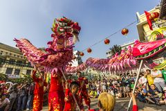 SAIGON, VIETNAM - 18 février 2015 : La danse de dragon et de lion montrent dans le festival chinois de nouvelle année Photos libres de droits
