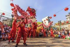 SAIGON, VIETNAM - 18 février 2015 : La danse de dragon et de lion montrent dans le festival chinois de nouvelle année Photographie stock libre de droits