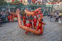 SAIGON, VIETNAM - 15 febbraio 2018 - ballo di leone e del drago mostrano nel festival cinese del nuovo anno Immagine Stock