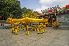 SAIGON, VIETNAM - 15 febbraio 2018 - ballo di leone e del drago mostrano nel festival cinese del nuovo anno Fotografie Stock Libere da Diritti
