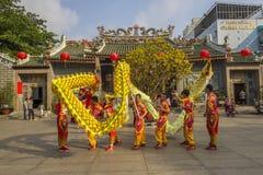 SAIGON, VIETNAM - 15 febbraio 2018 - ballo di leone e del drago mostrano nel festival cinese del nuovo anno Fotografia Stock Libera da Diritti
