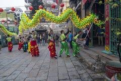 SAIGON, VIETNAM - 18 febbraio 2015: Il ballo di leone e del drago mostra nel festival cinese del nuovo anno Fotografia Stock