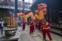 SAIGON, VIETNAM - 18 febbraio 2015: Il ballo di leone e del drago mostra nel festival cinese del nuovo anno Immagini Stock Libere da Diritti