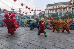 SAIGON, VIETNAM - 18. Februar 2015: Drache- und Löwetanz zeigen im chinesischen Festival des neuen Jahres Lizenzfreies Stockbild