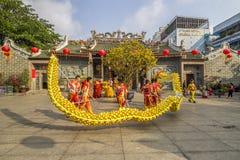 SAIGON, VIETNAM - 15. Februar 2018: Drache- und Löwetanz zeigen im chinesischen Festival des neuen Jahres Stockbild