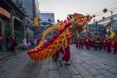 SAIGON, VIETNAM - 15. Februar 2018: Drache- und Löwetanz zeigen im chinesischen Festival des neuen Jahres Stockbilder