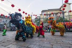 SAIGON, VIETNAM - 15. Februar 2018: Drache- und Löwetanz zeigen im chinesischen Festival des neuen Jahres Lizenzfreie Stockbilder