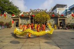SAIGON, VIETNAM - 18. Februar 2015: Drache- und Löwetanz zeigen im chinesischen Festival des neuen Jahres Stockbilder