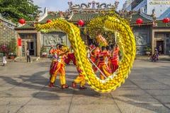 SAIGON, VIETNAM - 18. Februar 2015: Drache- und Löwetanz zeigen im chinesischen Festival des neuen Jahres Stockfotografie
