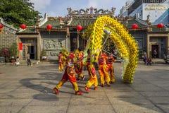 SAIGON, VIETNAM - 18. Februar 2015: Drache- und Löwetanz zeigen im chinesischen Festival des neuen Jahres Stockbild