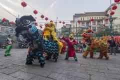 SAIGON, VIETNAM - 18. Februar 2015: Drache- und Löwetanz zeigen im chinesischen Festival des neuen Jahres Lizenzfreies Stockfoto
