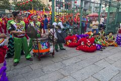 SAIGON, VIETNAM - 18. Februar 2015: Drache- und Löwetanz zeigen im chinesischen Festival des neuen Jahres Lizenzfreie Stockbilder