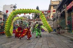 SAIGON, VIETNAM - 18. Februar 2015: Drache- und Löwetanz zeigen im chinesischen Festival des neuen Jahres Lizenzfreie Stockfotografie