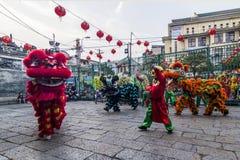 SAIGON, VIETNAM - 18. Februar 2015: Drache- und Löwetanz zeigen im chinesischen Festival des neuen Jahres Lizenzfreie Stockfotos