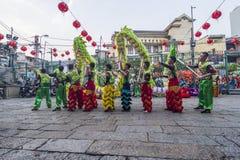 SAIGON, VIETNAM - 15. Februar 2018 - Drache- und Löwetanz zeigen im chinesischen Festival des neuen Jahres Stockbild