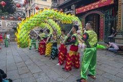 SAIGON, VIETNAM - 15. Februar 2018 - Drache- und Löwetanz zeigen im chinesischen Festival des neuen Jahres Lizenzfreie Stockbilder