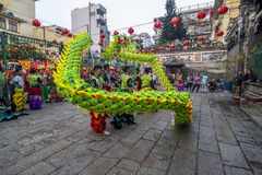 SAIGON, VIETNAM - 15. Februar 2018 - Drache- und Löwetanz zeigen im chinesischen Festival des neuen Jahres Stockfotografie