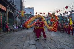 SAIGON, VIETNAM - 15. Februar 2018 - Drache- und Löwetanz zeigen im chinesischen Festival des neuen Jahres Lizenzfreies Stockfoto
