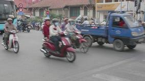Saigon, Vietnam - 3. Februar 2018: schwerer Stoßverkehr, Motorradreiter auf den verkehrsreichen Straßen in im Stadtzentrum gelege stock video