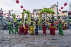 SAIGON, VIETNAM - Februari 18, 2015: Draak en leeuw de dans toont in Chinees nieuw jaarfestival Royalty-vrije Stock Foto's