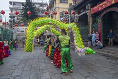 SAIGON, VIETNAM - Februari 18, 2015: Draak en leeuw de dans toont in Chinees nieuw jaarfestival Royalty-vrije Stock Afbeeldingen