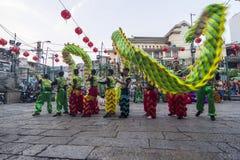 SAIGON, VIETNAM - Februari 18, 2015: Draak en leeuw de dans toont in Chinees nieuw jaarfestival Stock Afbeeldingen