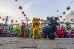 SAIGON, VIETNAM - Februari 18, 2015: Draak en leeuw de dans toont in Chinees nieuw jaarfestival Stock Foto
