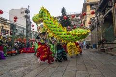 SAIGON, VIETNAM - Februari 18, 2015: Draak en leeuw de dans toont in Chinees nieuw jaarfestival Stock Foto's