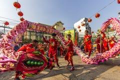 SAIGON, VIETNAM - Februari 18, 2015: Draak en leeuw de dans toont in Chinees nieuw jaarfestival Royalty-vrije Stock Fotografie