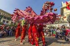 SAIGON, VIETNAM - Februari 18, 2015: Draak en leeuw de dans toont in Chinees nieuw jaarfestival Stock Fotografie