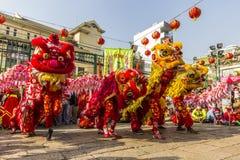 SAIGON, VIETNAM - Februari 18, 2015: Draak en leeuw de dans toont in Chinees nieuw jaarfestival Stock Afbeelding