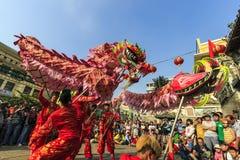 SAIGON, VIETNAM - Februari 18, 2015: Draak en leeuw de dans toont in Chinees nieuw jaarfestival Royalty-vrije Stock Foto