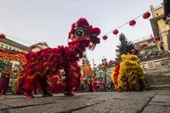 SAIGON, VIETNAM - FEBRUARI 15, 2018 - drake- och lejondansen visar i kinesisk festival för nytt år arkivbilder