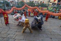 SAIGON, VIETNAM - FEBRUARI 15, 2018 - drake- och lejondansen visar i kinesisk festival för nytt år arkivfoto