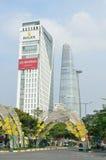 Saigon, Vietnam, Januar, 20, 2015 Autos nahe dem Bitexco-Turm in Saigon Lizenzfreies Stockbild