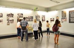 Saigon, Vietnam, Januar, 20, 2015 Touristen, welche die Ausstellungen im Vietnamkrieg-Museum in Saigon besuchen Stockbilder