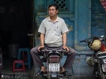 Saigon, Vietnam - Juni 28, 2017: Chinese mensenzitting op straat, Saigon, Vietnam Royalty-vrije Stock Fotografie
