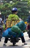 Saigon, Vietnam - Juni 2017: Frau, die Motorrad auf Straßenmarkt, Saigon, Vietnam fährt stockfotografie