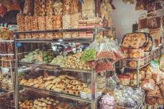 SAIGON, VIETNAM, AM 26. JUNI 2016: Lebensmittel auf Straße Vietnamesisches Straßenlebensmittel, süßer Kuchen, kühler Snack bei Vi Lizenzfreie Stockfotos