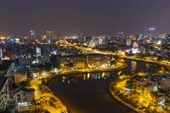 SAIGON, VIETNAM - 26. JUNI 2015: Stadtbild von Ho Chi Minh Ciy- und Khanh Hoi-Brücke Lizenzfreie Stockfotografie