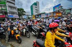 Saigon Vietnam - Juni 15: Vägtrafik på Juni 15, 2011 i Saig Arkivbilder