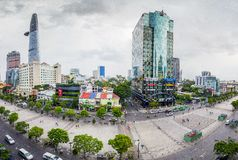 SAIGON, VIETNAM - 27. Mai 2016 - Nguyen Hue-Straße, die mit modernen Bürogebäuden geht Es Lizenzfreie Stockbilder
