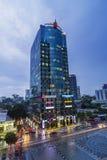 SAIGON, VIETNAM - 27. Mai 2016 - Nguyen Hue-Straße, die mit vielen luxuriösen Teleshops und modernen Bürogebäuden geht Stockbild